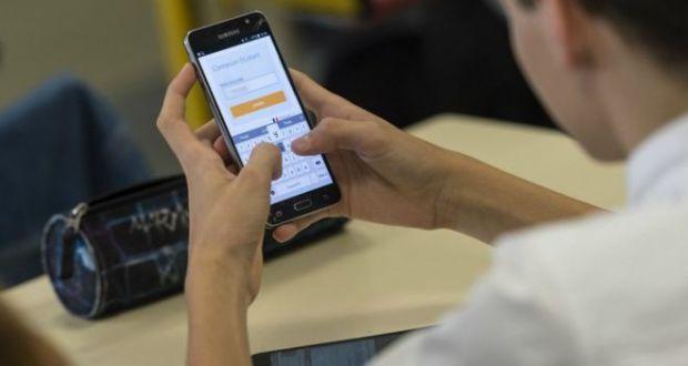 موبائل کا زیادہ استعمال گردن اور کمر کی تکلیف کاسبب بنتا ہے