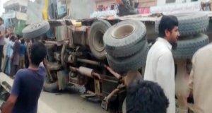 نارووال: بجری سے بھرا ڈمپر رکشے پر الٹ گیا، اسکول کے 7 بچے جاں بحق