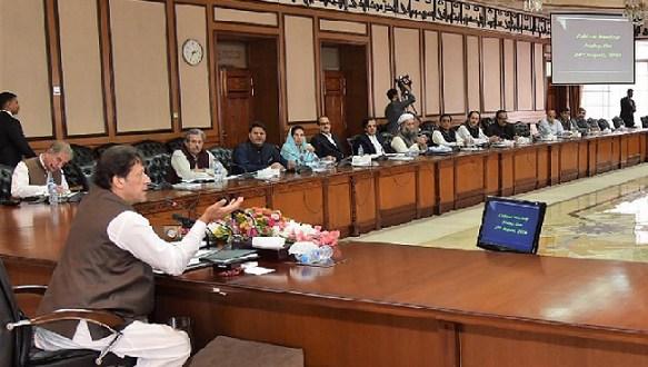 لگتا ہے کہ مکافات عمل کا قانون روبہ عمل ہونے جارہا ہے, عمران خان صاحب جن شاخوں پر بیٹھے ہیں انہی کو کاٹنے لگے ہیں۔ وہ اس جسٹس(ر) سردار رضا کے پیچھے بھی پڑ گئے ہیں، جن کی زیرنگرانی انتخابات میں ان کو وزیراعظم بنوایا گیا۔ ایک رائے تو یہ بھی ہے کہ ان کے وزیراعظم بننے کی بنیادی وجہ بھی یہ تھی کہ موجودہ الیکشن کمیشن نے جسٹس ارشاد حسن خان کے الیکشن کمیشن جیسا کردار ادا کیا لیکن اب چونکہ عمران خان صاحب کی حکومت اس الیکشن کمیشن کے سربراہ پر حملہ آور ہورہی ہے تو لگتا ہے کہ چیف الیکشن کمشنر بھی ان کے لئے افتخار چوہدری ٖثابت ہوں گے ۔ عمران خان صاحب کی حکومت کا المیہ یہ ہے کہ اسے عدالتوں کا خوف ہے ، نیب کا ، اپوزیشن کا اور نہ میڈیا کا۔ اس لئے وہ اس ڈھٹائی کے ساتھ غیرقانونی اقدامات اٹھارہی ہے کہ جس کا تصور بھی ماضی کی حکومتیں نہیں کرسکتی تھیں۔ مثلاً الیکشن کمیشن میں دو ممبران کی تقرری کا معاملہ دیکھ لیجئے۔ آئین میں چیف الیکشن کمشنر کے تقرر کا طریق کار آئین کے آرٹیکل 213میں واضح انداز میں لکھا گیا ہے جس کی رو سے وزیراعظم اور قائد حزب اختلاف کی مشاورت اور باہمی رضامندی سے اس کا تقرر ہوگا اور اگر ان میں اتفاق نہ ہوسکے تو معاملہ قومی اسمبلی اور سینیٹ کی مشترکہ پارلیمانی کمیٹی کے پاس جائے گا جو رولز کے مطابق دو تہائی اکثریت کے ساتھ ممبران کا تقرر کرے گی ۔ اس کے بعد رولز میں یہ وضاحت بھی کی گئی ہے کہ وزیراعظم اور قائد حزب اختلاف کی مشاورت برائے نام نہیں بلکہ حقیقی (Meaningfull consultation) ہوگی۔ پھر آئین کے آرٹیکل 218 میں یہ بھی وضاحت کی گئی ہے کہ الیکشن کمیشن کے ممبران کے تقرر کے لئے بھی بعینہ وہی طریق کار اختیار کیا جائے گا جو چیف الیکشن کمشنر کی تقرری کے لئے اختیار کیا جاتا ہےلیکن پی ٹی آئی حکومت نے وزیر قانون فروغ نسیم کے ایما پر سندھ اور بلوچستان کے ممبران کے نام لیڈر آف دی اپوزیشن کے ساتھ کسی مشاورت کے بغیر صدر مملکت کو بھجوا دئیے ۔ نہ تو اپوزیشن لیڈر سے مشاورت ہوئی اور نہ پارلیمانی کمیٹی حتمی فیصلے تک پہنچی ۔تماشہ یہ ہے کہ ان ممبران کے نام پی ٹی آئی نے بھی تجویز نہیں کئے بلکہ فروغ نسیم نے اپنی طرف سے ڈھونڈ نکالے ہیں یا پھر شاید کسی نے انہیں یہ نام تھمادئیے ہیں ۔ اس سے بڑا تماشہ یہ ہوا کہ صدر مملکت عارف علوی نے بھی اس آئینی منصب کے لئے غیرآئینی طور پر مقرر کئے گئے ان دو افراد ک