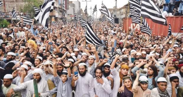 جمعیت علماء اسلام (ف) کے تحت ملک کے مختلف شہروں میں حکومت کے خلاف دھرنے دیئے جارہے ہیں، پلان بی کے تحت کراچی میں سندھ اور بلوچستان کو ملانے والی سڑک حب ریور روڈ پر دھرنا جاری ہے۔ دھرنے کے شرکاء نے عصر اور مغرب کی نمازیں دھرنے میں ہی ادا کیں۔ دھرنے سے خطاب میں جنرل سیکریٹری سندھ راشد سومرو کا کہنا تھا ان کا نہ پلان اے ناکام ہوا ہے نا پلان بی ناکام ہوگا۔ جمعیت علماء اسلا م ف کے پلان بی کےتحت مانسہرہ، بنوں، نوشہرہ، سوات، حب، سکھر، گھوٹکی، تونسہ اور دیگر شہروں میں دھرنا دے دیا گیا ہے۔ جیکب آباد میں زیروپوائنٹ کے مقام پر کارکنوں کا دھرنا کل سے جار ی ہے۔ دھرنے کےباعث ٹریفک کی آمدورفت معطل ہے۔ مانسہرہ کے قریب چھترپلین کے مقام پر شاہراہ قراقرم کو بند کردیا گیا ہے۔ بنوں میں انڈس ہائی وے پر جمعیت علماء اسلام کے کارکنو ں نے درخت کاٹ کر رکاوٹیں کھڑی کردی ہیں۔ نوشہرہ میں جی ٹی روڈ پرحکیم آباد کےقریب جاری دھرنےمیں مردان، چارسدہ اور صوابی سےبھی کارکناں شرکت کررہےہیں۔ چکدرہ چوک پردھرنے سےسوات، چترال، اپرلوئردیر اور شانگلہ جانے والےراستے بند ہیں۔ ملاکنڈ میں بھی پُل چوکی پر جاری دھرنے سے مرکزی شاہراہ پر مسافروں کو آمدورفت میں پریشانی کا سامنا ہے۔ آرسی ڈی شاہراہ حب کے قریب بند ہونے سےکراچی اور بلوچستان کے درمیان ٹریفک کی آمد ورفت متاثر ہے۔ جیکب آباد میں زیرو پوائنٹ کےمقام پر قومی شاہراہ بلاک ہے۔ کندھ کوٹ میں انڈس ہائی وے کے بائی پاس کے مقام پر اور سکھر میں قومی شاہراہ کے دونوں اطراف دھرنے کے باعث ٹریفک بلاک ہے۔ گھوٹکی ٹول پلازہ پر جے یو آئی ف کےکارکنوں کےدھرنےسے قومی شاہراہ پر آنے اور جانے والی ٹریفک معطل ہے۔ تونسہ میں کھڈ بُزدار کا مرکزی پُل بند ہے تاہم مریضوں اور مقامی افراد کو گزرنے کی اجازت دی جارہی ہے۔