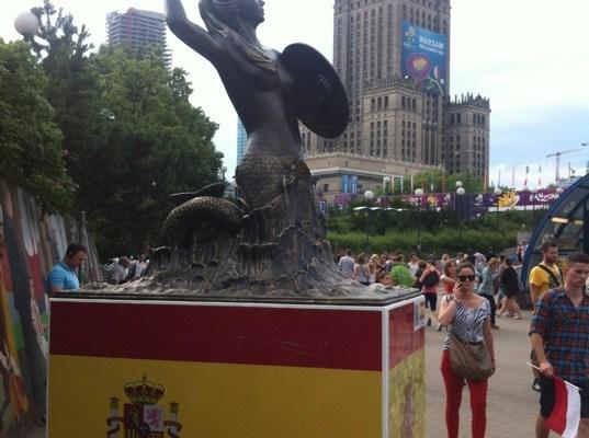 Galeria szesnastu warszawskich narodowych syrenek prezentowanych podczas Euro 2012.