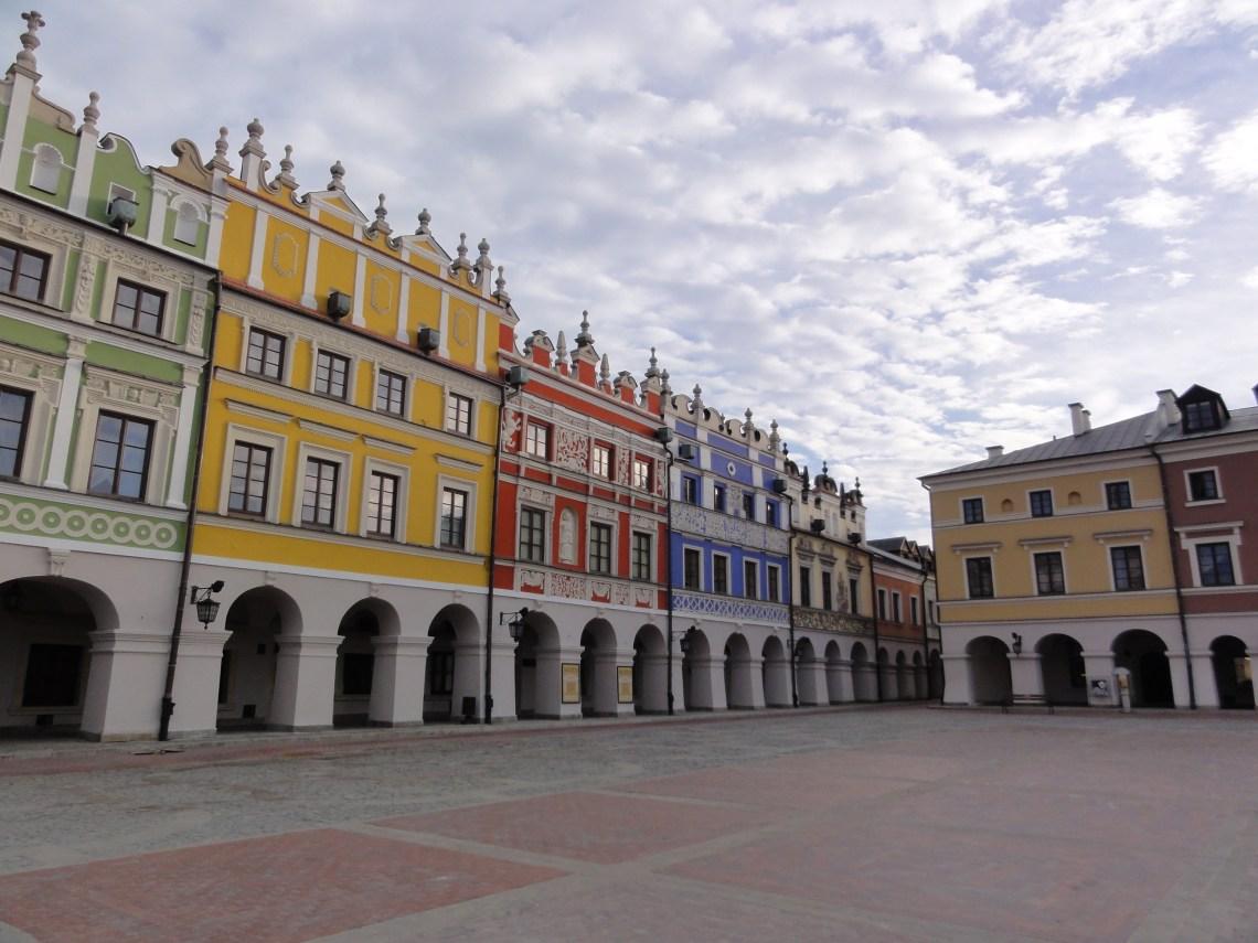 Polska atrakcja UNESCO Zamość Wielki Rynek kamienice ormianskie o poranku