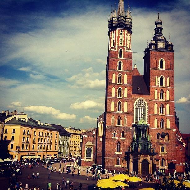 Wspaniały widok z Cafe Szał z krakowskich Sukiennic na kościół Mariacki i rynek Starego Miasta w Krakowie