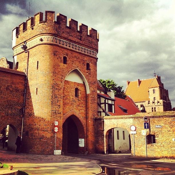 Brama Mostowa w Toruniu to jedna z trzech zachowanych bram miejskich Torunia od strony Wisły