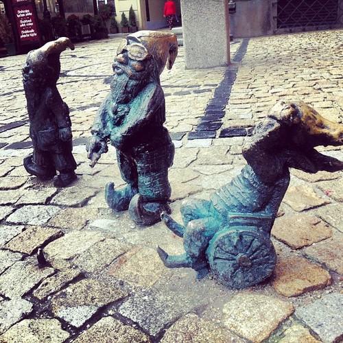 Krasnale Inwalidki na Rynku przy ratuszu - wrocławskie krasnale atrakcja Wrocławia