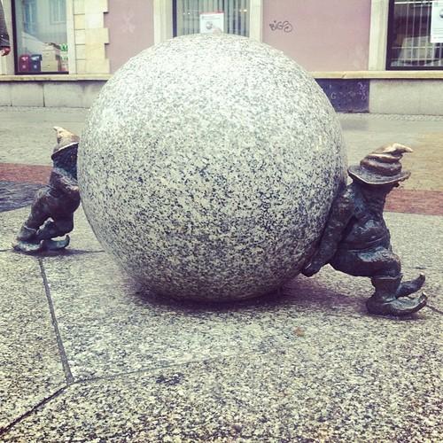 Krasnale Syzyfki pchające kule na ulicy Świdnickiej - wrocławskie krasnale atrakcja Wrocławia
