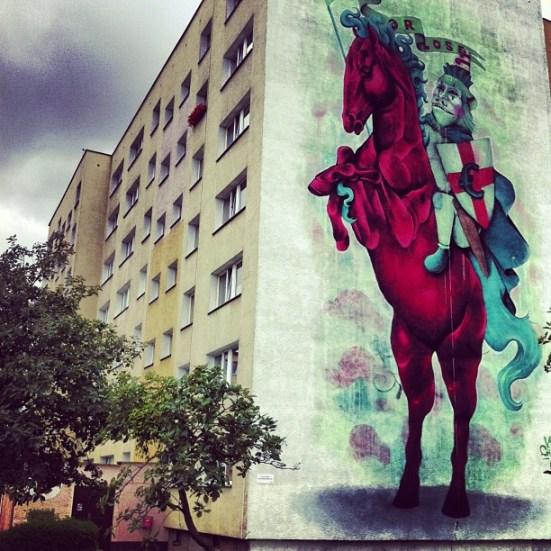 """Mural Lucas Lasnier aka Parbo / KidGaucho, Monumental Art 2012. Ulica Dywizjonu 303 13 B. Mural nawiązuje do hasła edycji 2012 """"Czy wszystko jest na sprzedaż?""""."""