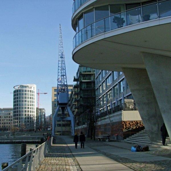 Dźwigi portowe przy Traditionsshiffhafen w HafenCity w Hamburgu