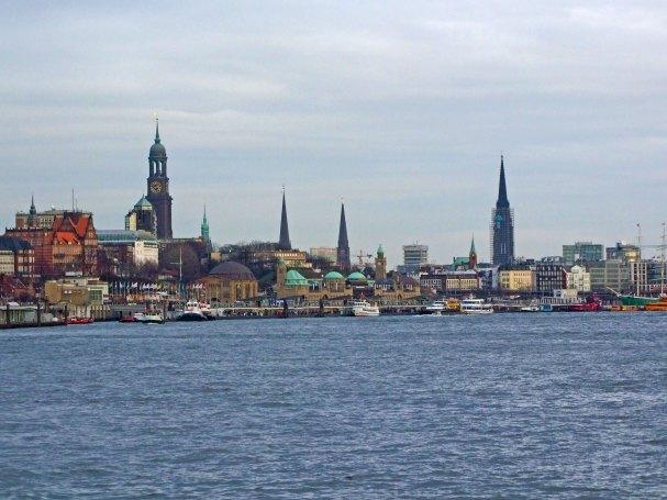 panorama-Hamburga-widziana-rzeki-laby-rejs-statkiem-tramwajem-wodnym-elbe-niemcy