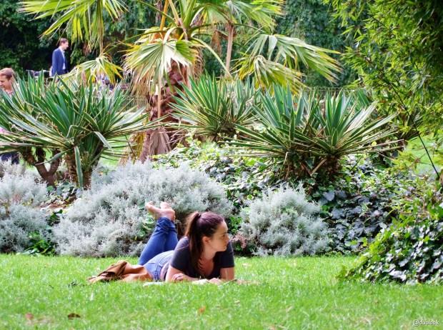 poswojemu-piekne-parki-w-londynie-lezenie-na-trawie-battersea-park-londyn-wielka-brytania-atrakcje