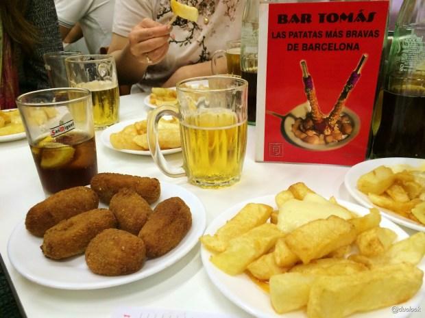 patas-bravas-menu-lokalny-bar-tomas-de-sarria-barcelona-katalonia-co-zjesc-w-hiszpanii-kuchnia-tapas