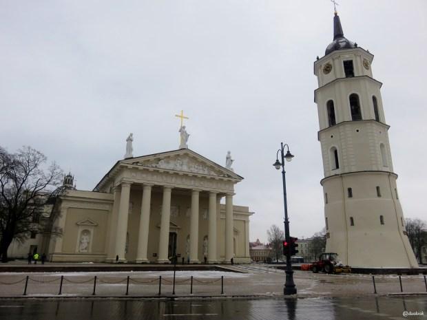 archikatedra-bazylika-architektura-klasycyzm-wilno-spacer-noca-atrakcje-zwiedzanie-litwa-01