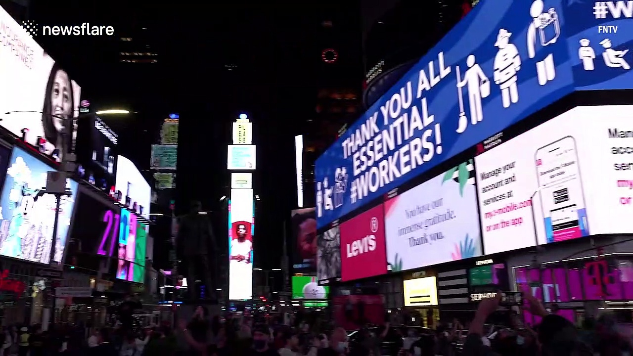 New-York-crowd-disappointed-after-Times-Square-billboards-go-dark