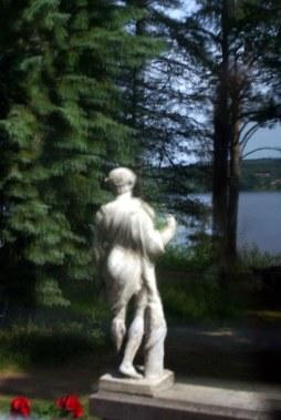 147f Leksand Hildasholm von hinten Spiegelbild vom Siljan und Statue