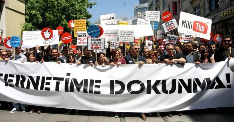 """15 Mayıs 2011 """"İnternetime Dokunma!"""" yürüyüşü, Taksim"""