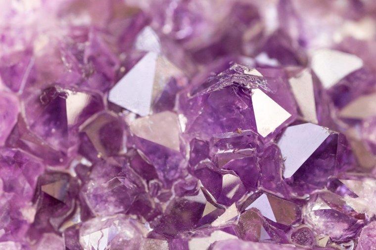 Ametist - Pietrele și cristalele - ajutor în viața de zi cu zi