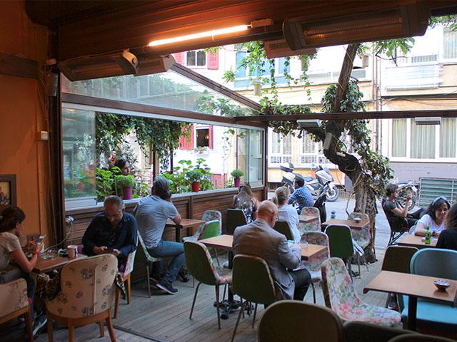 Buluşma - Osman ve Kemal'in oturduğu kafenin bir benzeri