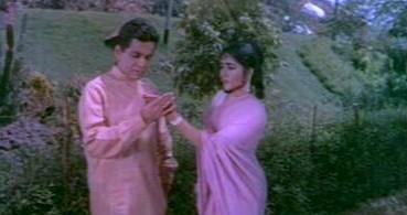Vijay convinces Sunita he's an astrologer