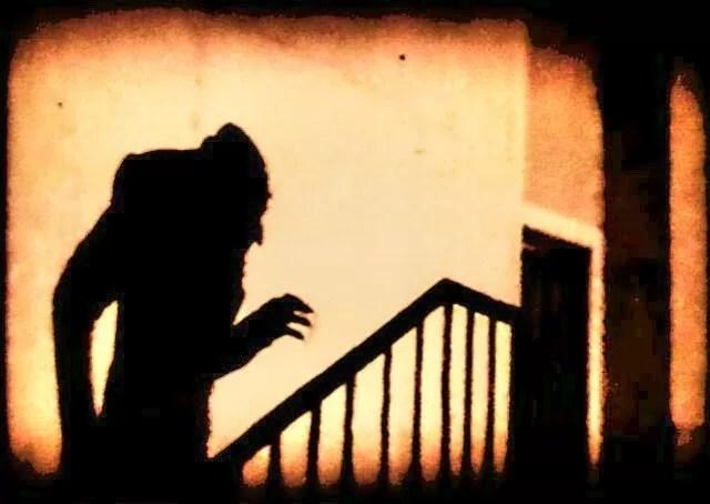 Nosferatu gelen ürpertici kötü adam bir görünüm yapar