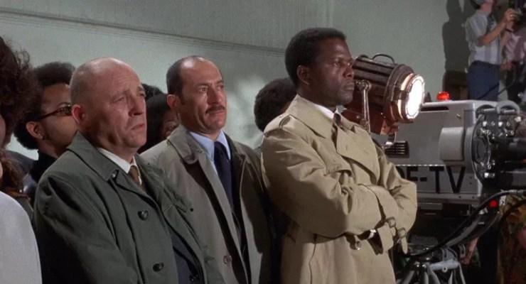 Sidney Poitier sagda Mister Tibbs rolunu yeniden canlandiriyor.