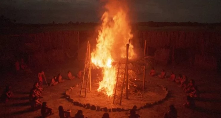 Yerli kabileler Amazoniadaki Ates Tanrisina tapinir.