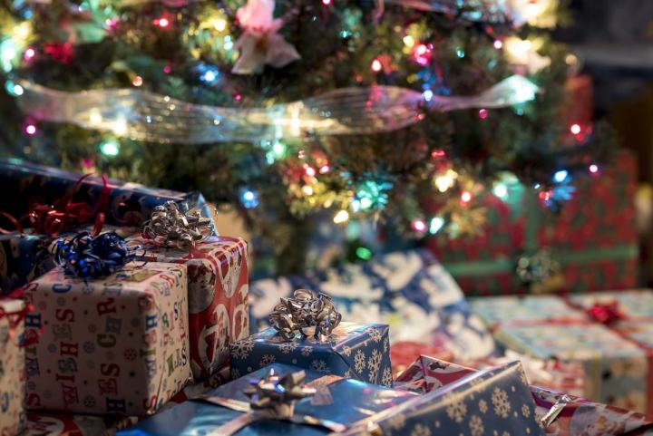 stapels kerstcadeaus