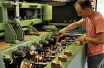 Fons jr. adjusting the Lamberthod machine