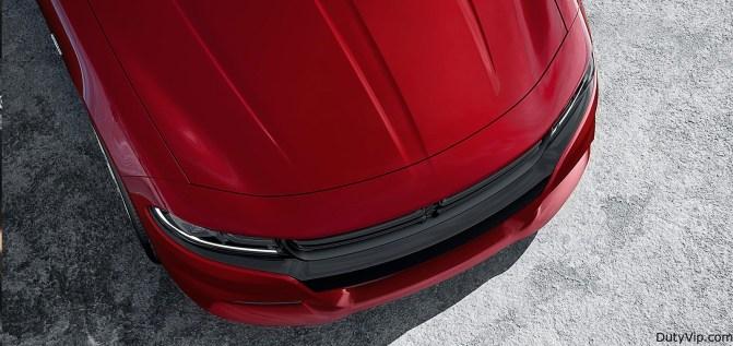 El capó con moldura doble alberga al legendario motor HEMI® V8 5.7L con la mejor potencia de 370 HP en su clase+, la transmisión automática de ocho velocidades TorqueFlite® y el controlador de motor de alta velocidad disponibles.