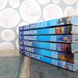 e-book lonely planet: stapeltje papieren Lonely Planet reisgidsen