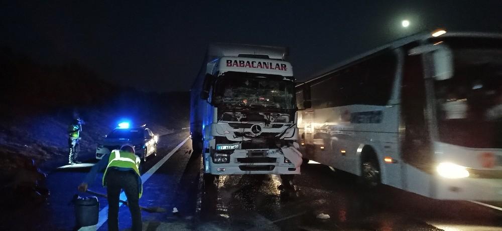 TEM otoyolunda tır kamyona arkadan çarptı: 1 yaralı