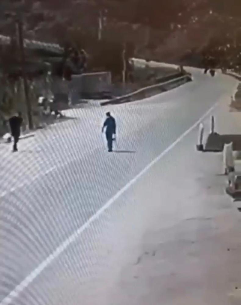 Yolun karşısına geçmeye çalışan adama minibüs çarptı: 1 ölü