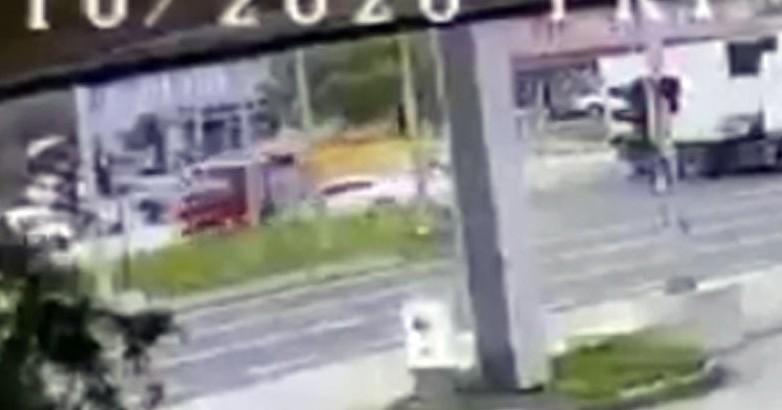 Düzce'de 2 kişinin yaralandığı kaza anı kameraya yansıdı
