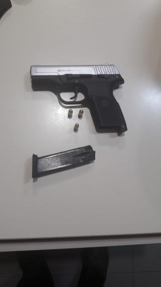 Polisin 'dur' ihtarına uymayan araçtan 2 ruhsatsız tabanca çıktı