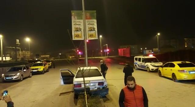 Ticari taksiye çarpan sürücü kaçtı, refüje çıkarak durabildi