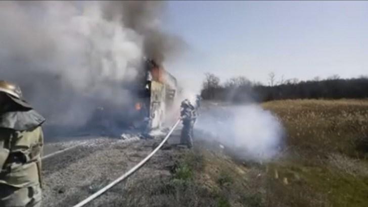 На Херсонской трассе дотла сгорел автобус, вспыхнувший во время движения