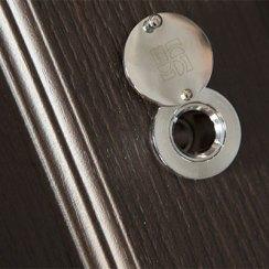 Дверной глазок на металлической двери