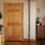 деревянная дверь в интерьере