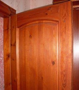 массивная деревянная дверь