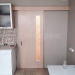 Раздвижная шпонированная дверь на кухне