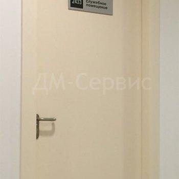 Крашенная дверь в служебное помешение