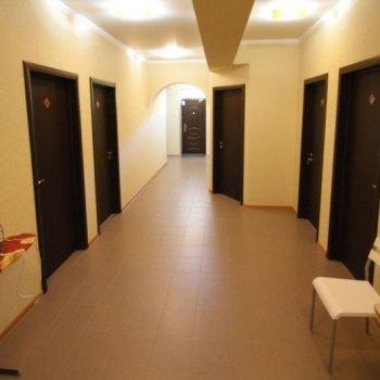Уютная гостиница с дверьми в коридоре