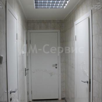 Белые пластиковые двери для школы