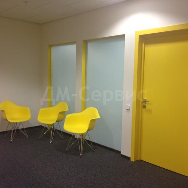 Дверь окрашенная в желтый цвет