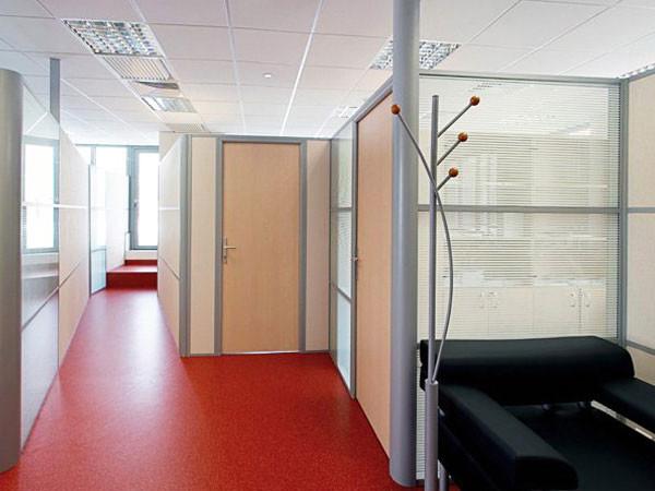 Ламинированные двери в офисе