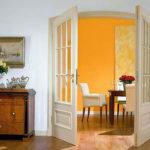 двойная белая дверь