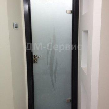 Матовая стеклянная дверь в офис