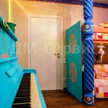Белая крашенная дверь в детскую комнату