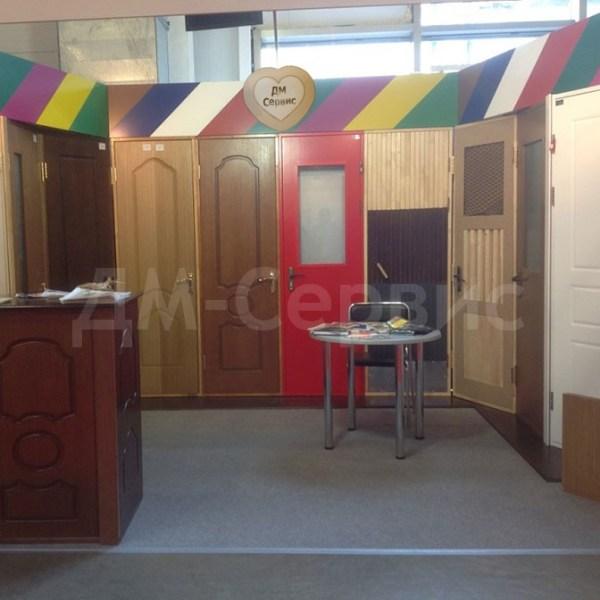 Экспозиция деревянных дверей облицованных шпоном