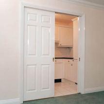 белая дверь на рельсах
