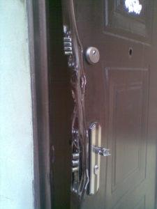 демонтаж входной двери с помощью лома